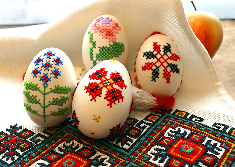 800px-EMBROIDERED_EGGS_BY_I_FOROSTYUK